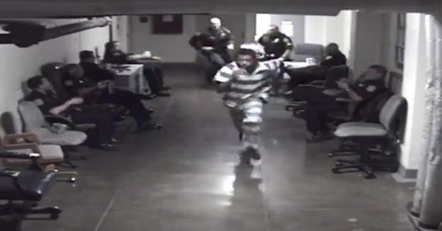 Un preso intenta escaparse del juzgado delante de una decena de policías