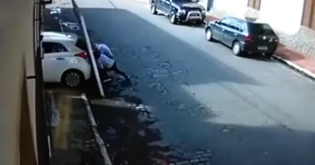A esta pareja se le cae encima la puerta de un garaje después de ser golpeada por un coche