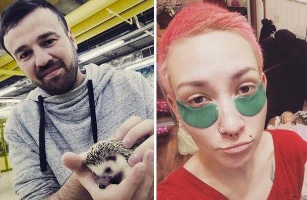 Una mujer apuñala a su ex pareja y luego se saca un selfie con él detrás