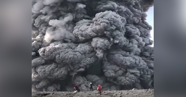 Unos senderistas rusos ascienden por un volcán activo y se acercan al cráter en plena erupción