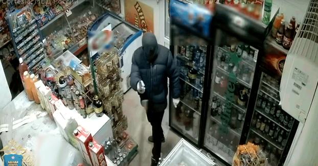 Una señora no se acobarda y echa de su tienda con una escoba a un ladrón armado