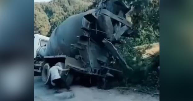 El superhéroe chino que es capaz de levantar un camión que casi iba a volcar