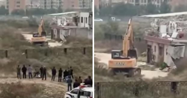 Un hombre tumba con fuegos artificiales la excavadora que trataba de demoler su casa