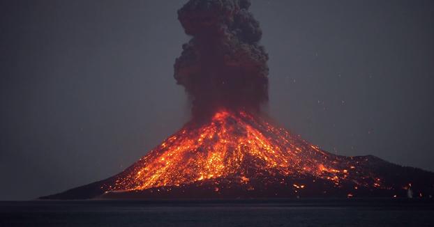 Espectaculares imágenes de la erupción del volcán Anak Krakatau en Indonesia