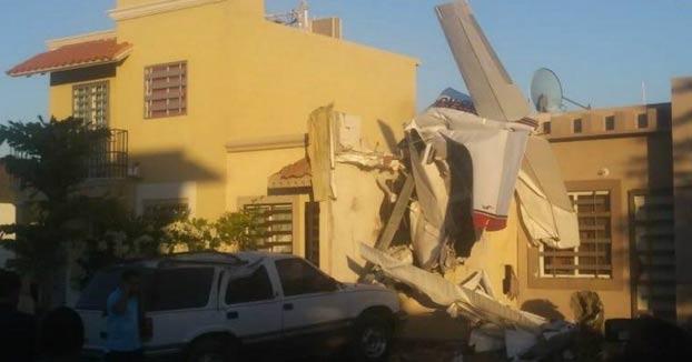 Momento en el que una avioneta se estrella contra una casa habitada en Culiacán