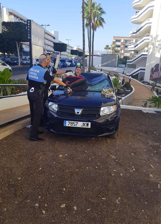 Un turista drogado se tira al vacío desde un edificio en Playa del Inglés, Gran Canaria [Vídeo]