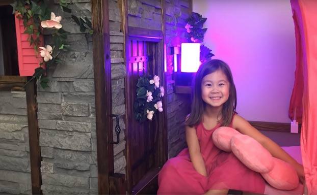 Un padre convierte una cama para niños de IKEA en un castillo con torre y pasaje secreto