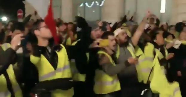 Vídeo de la policía francesa quitándose los cascos en apoyo a los chalecos amarillos