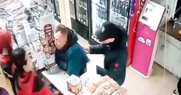 Un hombre acaba con la vida de otro en una tienda porque este tardaba mucho en pagar