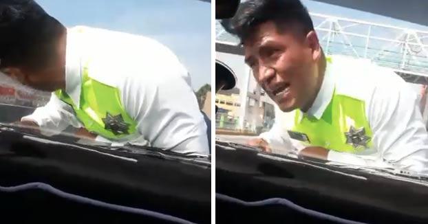 Un conductor mexicano embiste a un policía y se lo lleva en el capó para evitar ser multado