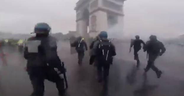 Imágenes grabadas desde el lado policial durante los disturbios en el Arco del Triunfo de París