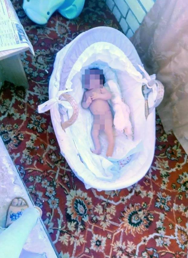 ''Ven a mirarla por última vez, se está congelando'': el terrible mensaje de una madre a su exmarido tras dejar desnuda a su bebé en el balcón