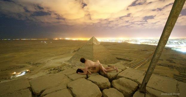 Una pareja danesa escala la pirámide de Keops para echar un polvo en la cima