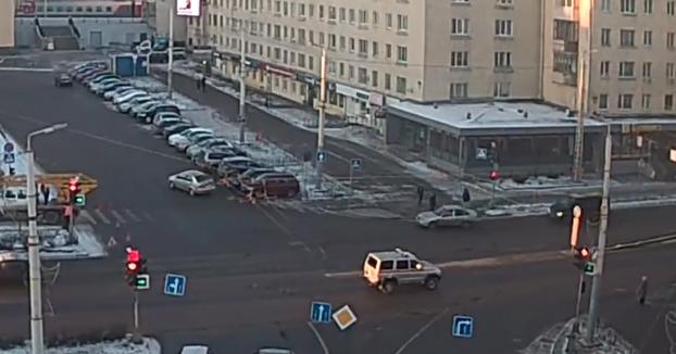 Cruza la calle con el semáforo en rojo y un coche viene a toda velocidad e intenta saltarlo para esquivarlo