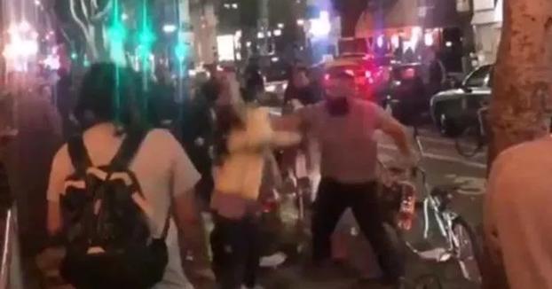 Detenido el hombre que tumbó a dos mujeres a puñetazos porque estas defendieron a un vendedor de perritos calientes