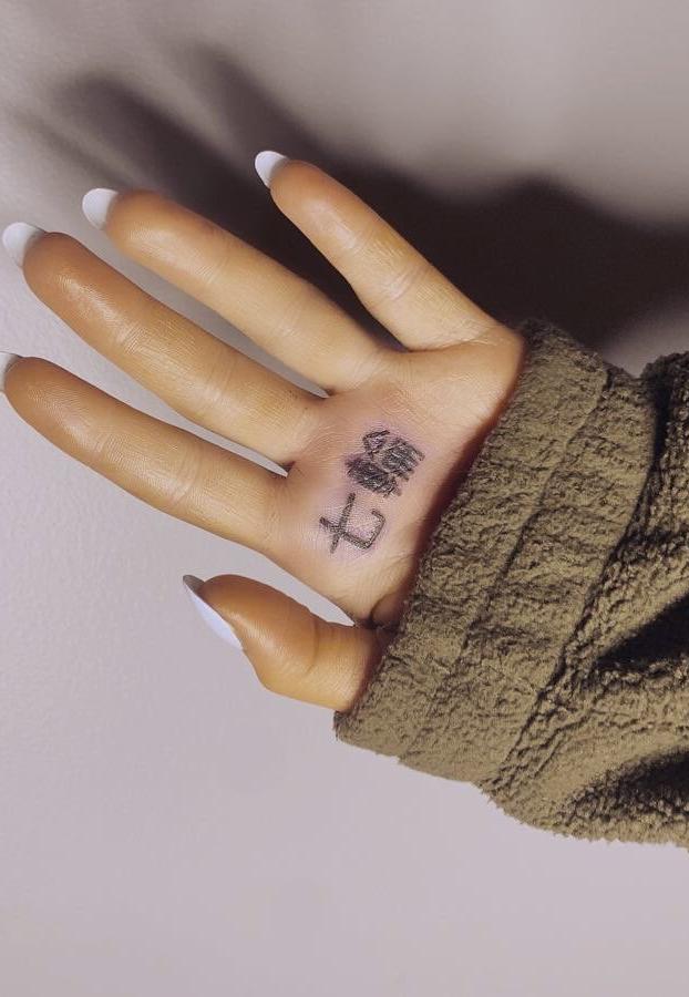 Ariana Grande se hace un tatuaje del nombre de su último single en japonés (7 anillos) pero está mal escrito y significa ''parrilla al carbón''