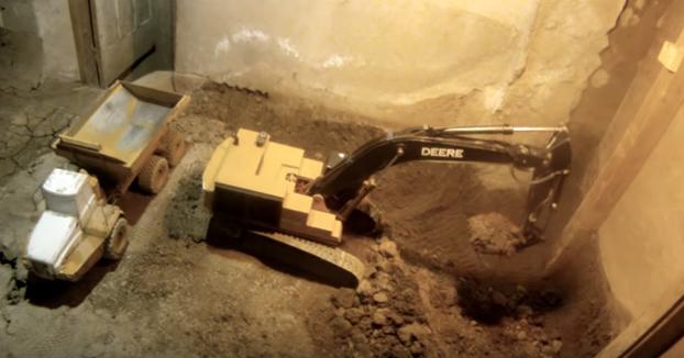 Cava un túnel durante 11 años en su sótano utilizando solo juguetes a control remoto y documenta todo el proceso
