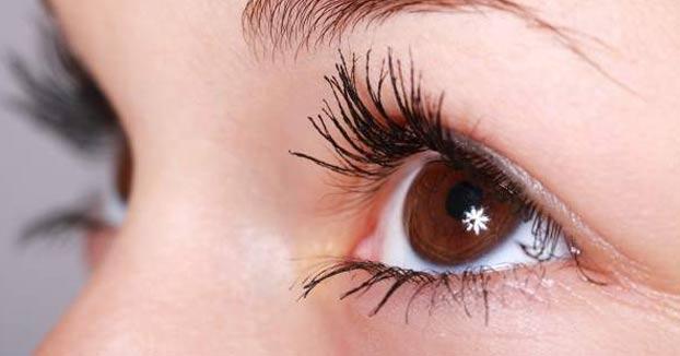 Una mujer se aplica crema para la disfunción eréctil en un ojo por la mala letra de la receta médica