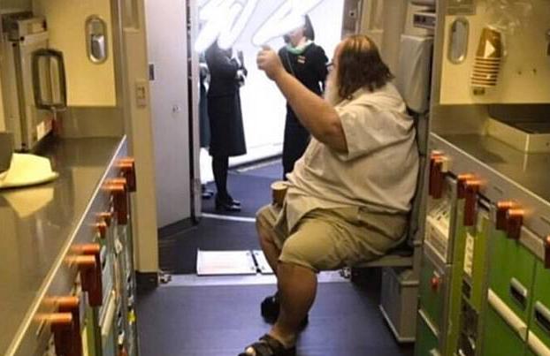 Una azafata obligada a limpiar el culo de un pasajero de 200 kilos en un vuelo a Taiwán