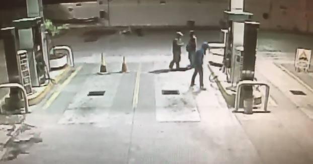 Un perro callejero adoptado por una gasolinera protege a su nuevo dueño de un robo a mano armada