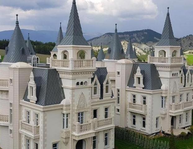 En venta una urbanización de más de 700 casas que imitan a castillos de cuento
