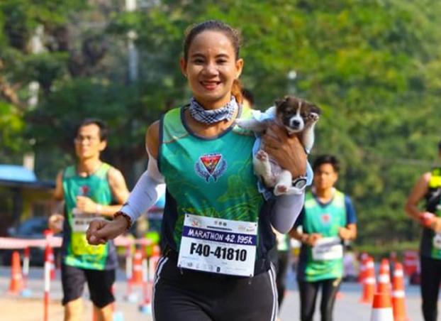 Se encuentra un perro abandonado en mitad de un maratón y corre con él en brazos durante 30 kilómetros hasta la meta