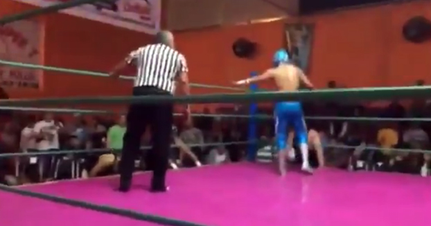 Terrible lesión en la lucha libre: El luchador Ángel Azteca Jr. se rompe la pierna al intentar salir del cuadrilátero