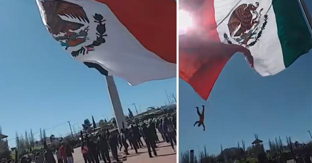 Una bandera gigante de México envuelve a un soldado y cae desde una altura de 8 metros