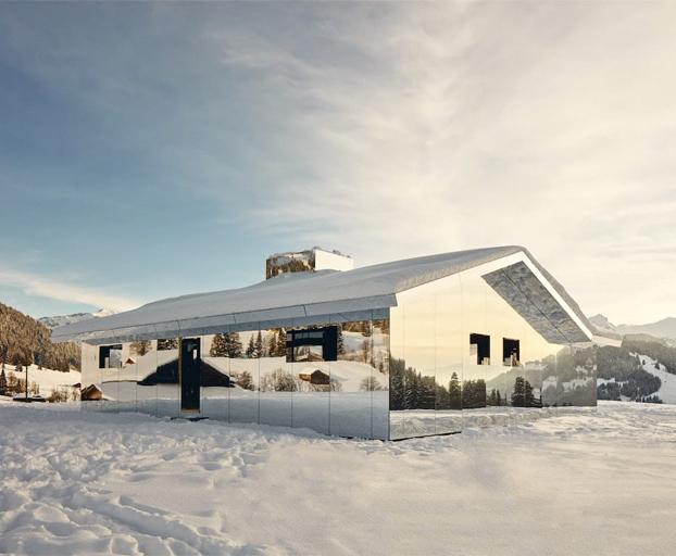 La casa con paredes de espejo del artista Doug Aitken que se camufla entre los Alpes suizos