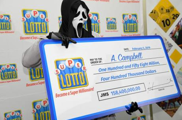 El ganador de la Lotería jamaicana cobrando el premio con la máscara de Scream
