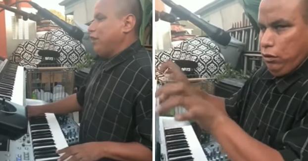Se llama Julio Morones, es ciego y es todo un maestro de los teclados. Tienes que verlo tocar