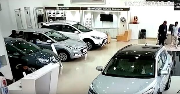 Una mujer la lía en un concesionario Hyundai cuando estaba mirando coches
