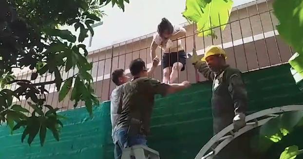 Una mujer de 66 años se libra de morir empalada al caerse de la cornisa de su ventana y caer sobre una verja de acero puntiaguda