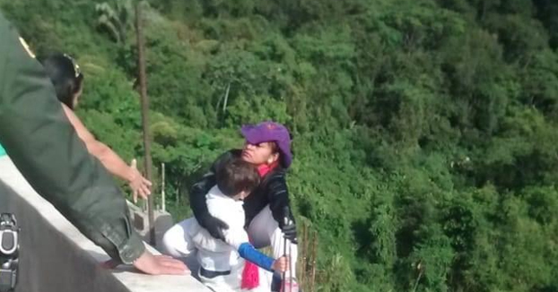 Una mujer se lanza al vacío con su hijo en brazos con decenas de testigos delante: ''Mamá, no me tires''