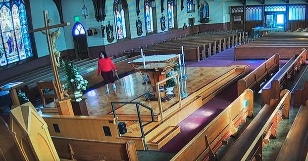 Detenida una mujer por vandalismo. Entró en una iglesia y tiró un crucifijo de casi 5 metros