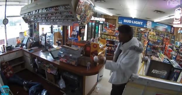 Robo en una tienda en Texas: Amordaza a la dependienta y a una clienta y le prende fuego