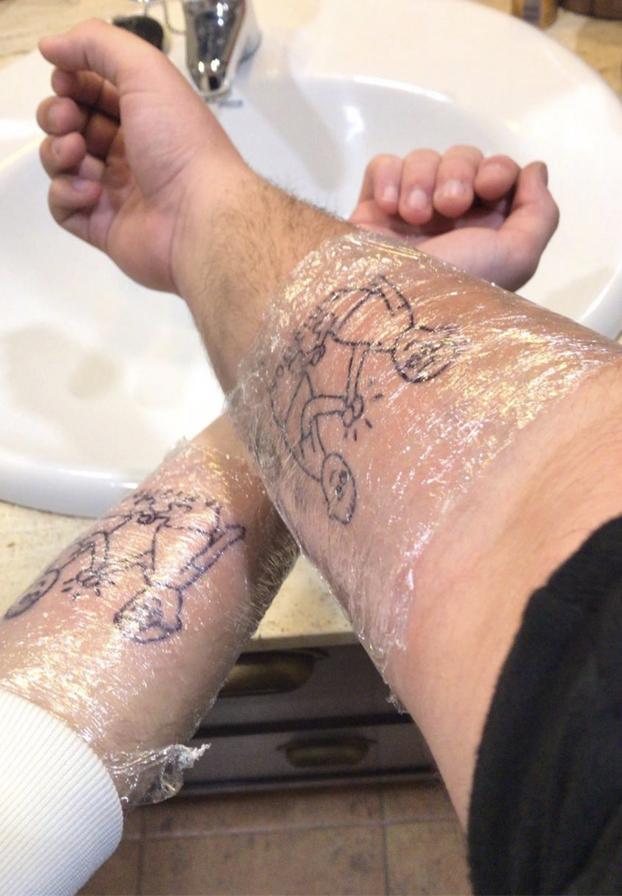 Gente de palabra: ''Si este tweet llega a 50.000 RT me tatúo esto en el brazo con mi mejor amigo''
