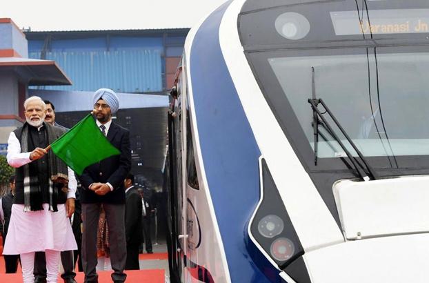 Inauguran el tren de alta velocidad en India y se estrella contra una vaca