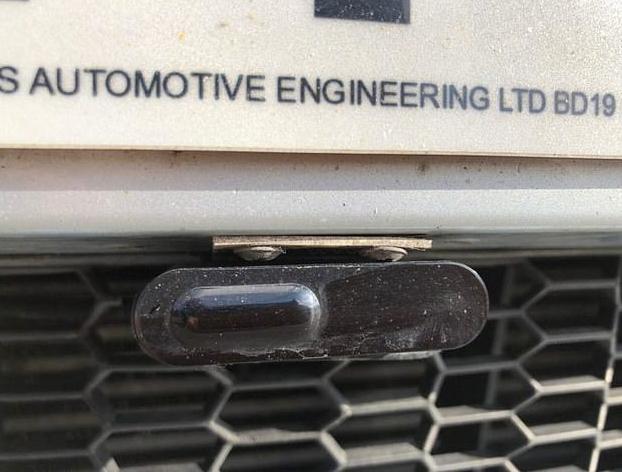 Un conductor condenado a tres meses de cárcel por colocar un anti-radar bajo la matrícula de su BMW