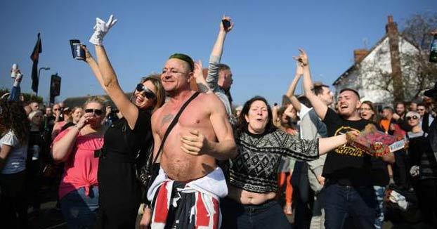 Los fans de The Prodigy celebran una 'rave' en el funeral de Keith Flint entre las lágrimas de su viuda