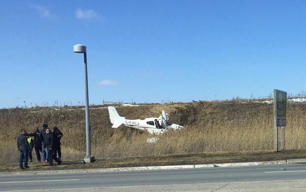 Una avioneta pasa por delante de un coche antes de estrellarse