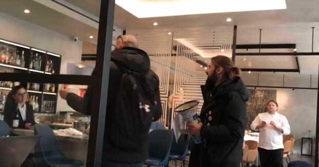 Activistas veganos irrumpen en un restaurante con estrella Michelin protestando por el uso de 'foie gras' y el chef les muestra patos muertos