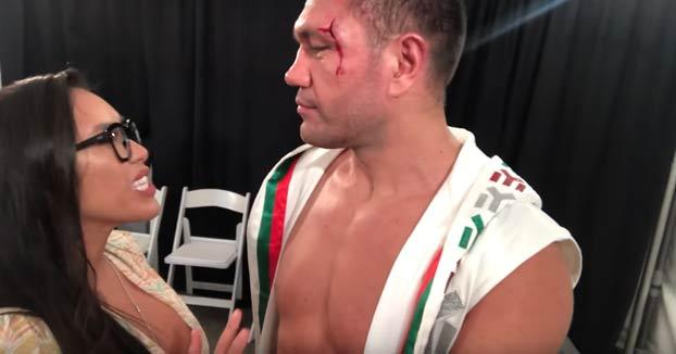 Polémica por el beso de un boxeador a la reportera que lo estaba entrevistando