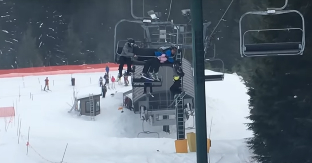 Un grupo de chavales salvan un niño de 8 años tras estar a punto de caer de un telesilla en la nieve