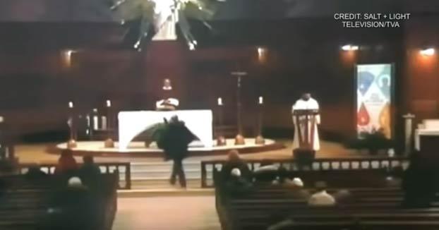 Un cura es apuñalado durante una misa en Montreal