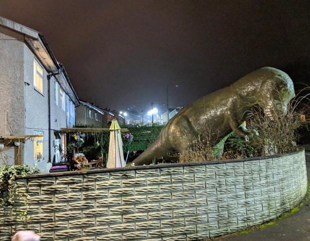 Un abuelo compra un enorme dinosaurio para crear un jardín sensorial para sus tres nietos autistas. Ahora su casa es una atracción turística