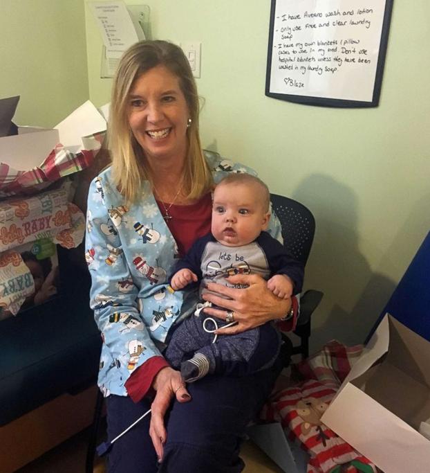 Una enfermera adopta al bebé que estuvo atendiendo durante meses en cuidados intensivos
