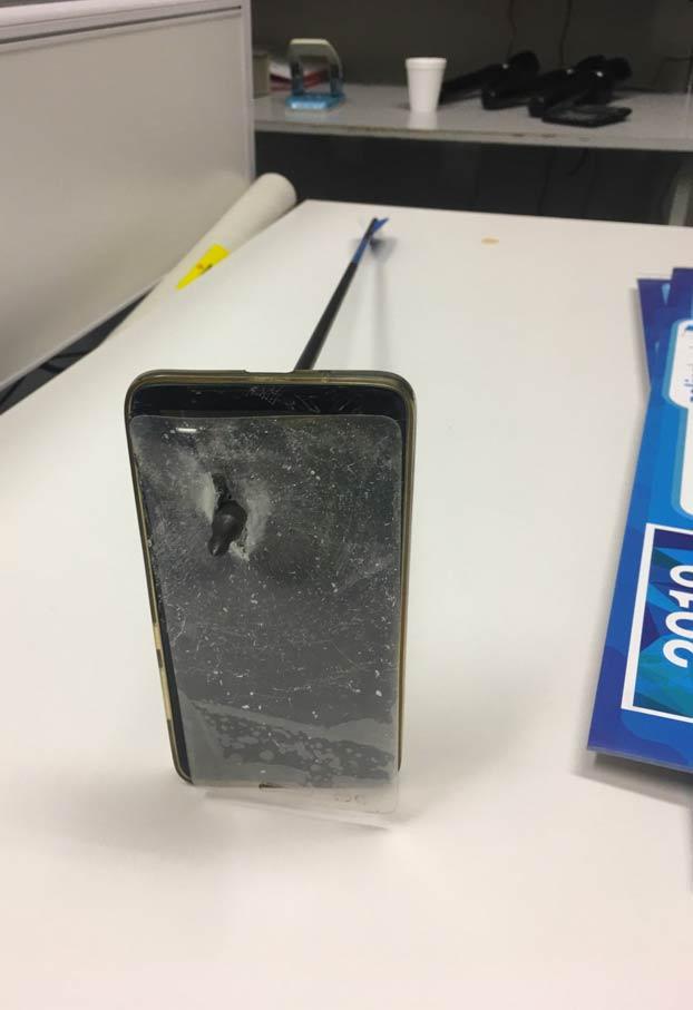 Salva la vida porque su teléfono móvil detuvo una flecha que le habían disparado