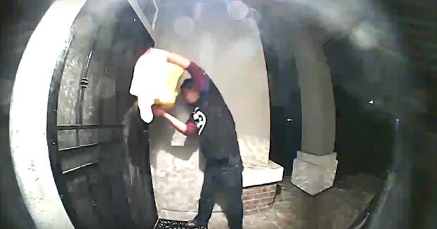 Un hombre intenta quemar la casa de sus vecinos con Diesel y le dice a la policía que intentaba matar a un fantasma