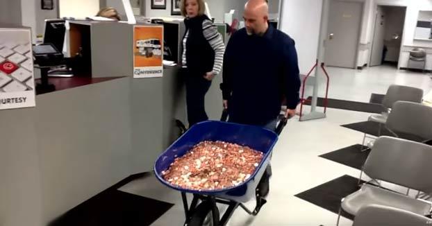 Se venga pagando el impuesto de sus coches con 298.745 monedas. Las llevó en 5 carretillas